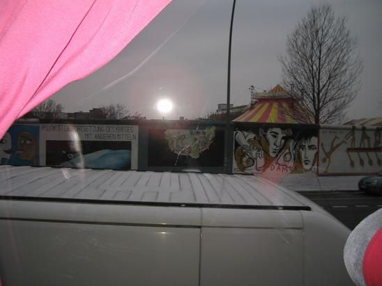 Уцелевший фрагмент Берлинской стены, заснят из окна автобуса
