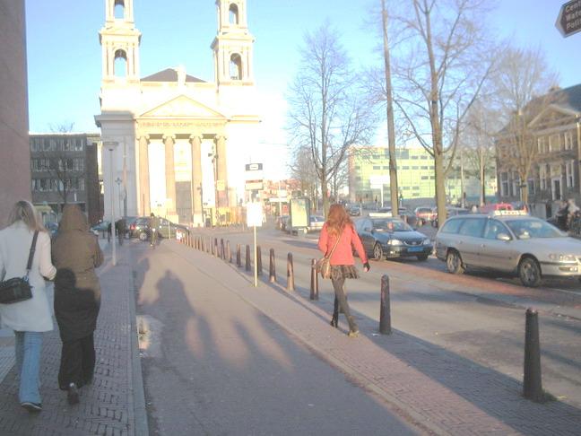 Жительница  Амстердама в мини-юбке куда-то спешит