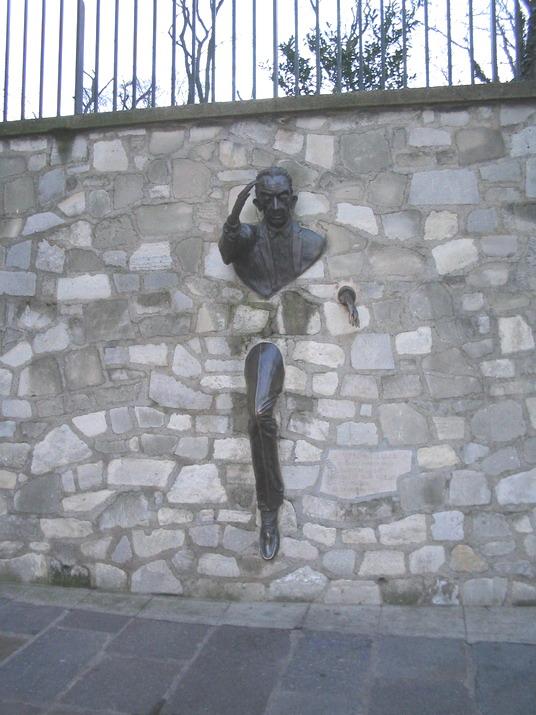 Монмартр_Человек, выходящий из стены