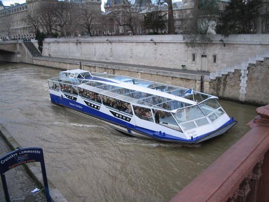 Такие речные трамвайчики плавают по Сене