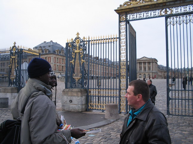 Черные братья продают часы российским туристам